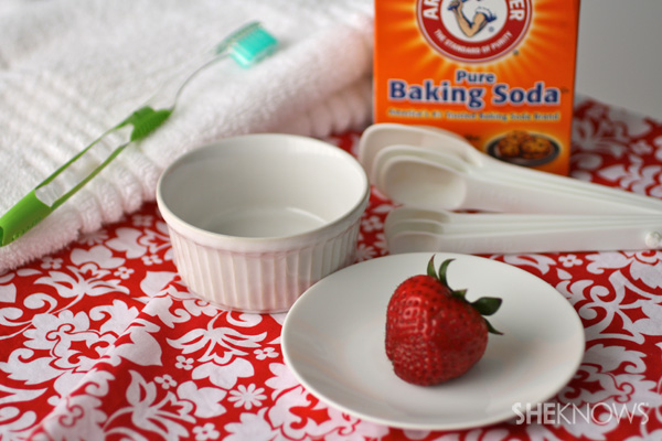 Teeth-whitener-with-strawberries